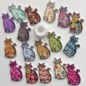 1125-wooden-sitting-cat-patterned-buttons