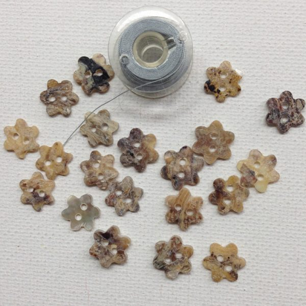 1172-mother-of-pearl-flower-buttons